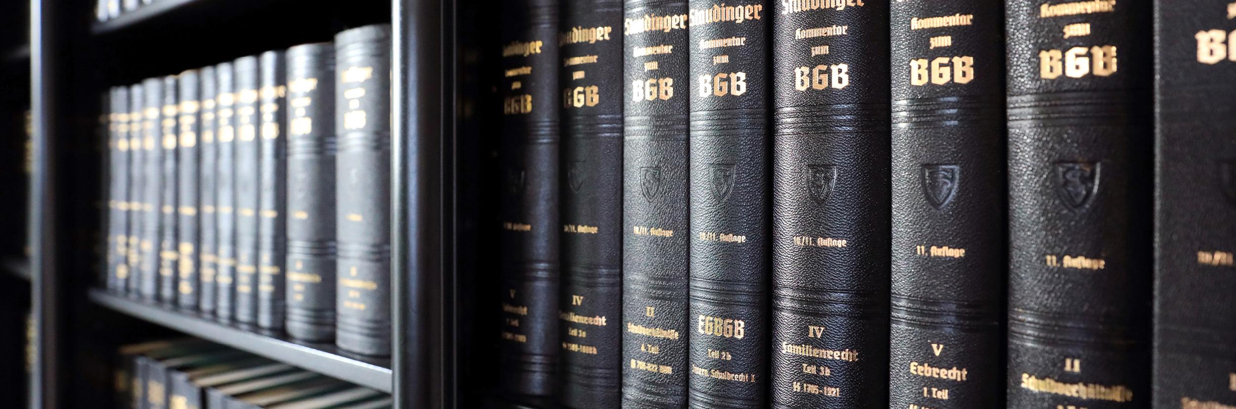 Advoteam Rechtsanwaltskanzlei Bücherregal